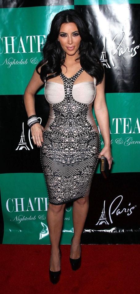 Kim aussi a sorti la robe sexy !