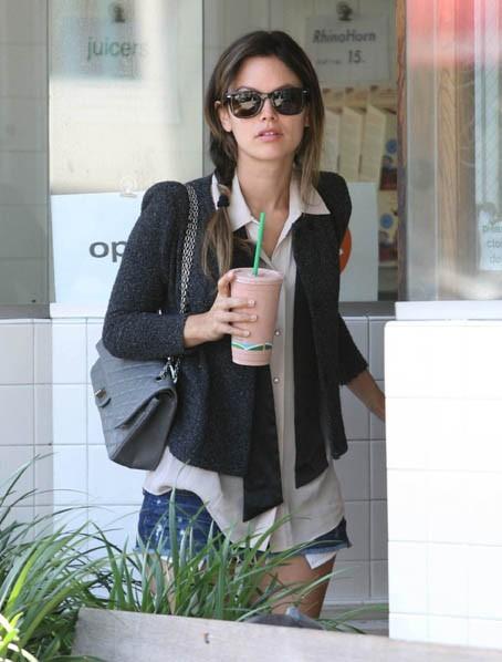 Rachel Bilson en plein shopping à Beverly Hills, le 29 juin 2011.