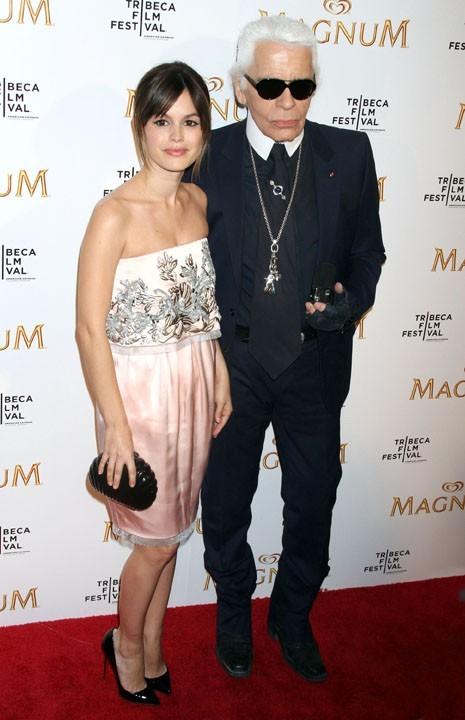 Rachel Bilson et Karl Lagerfeld lors de la première de la nouvelle pub Magnum à New York, le 21 avril 2011.