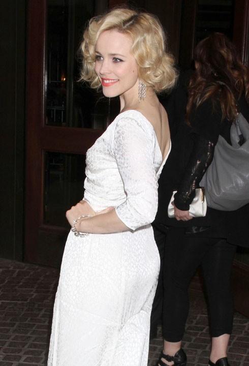 Des boucles blondes qu'elle semble avoir raccourcies...
