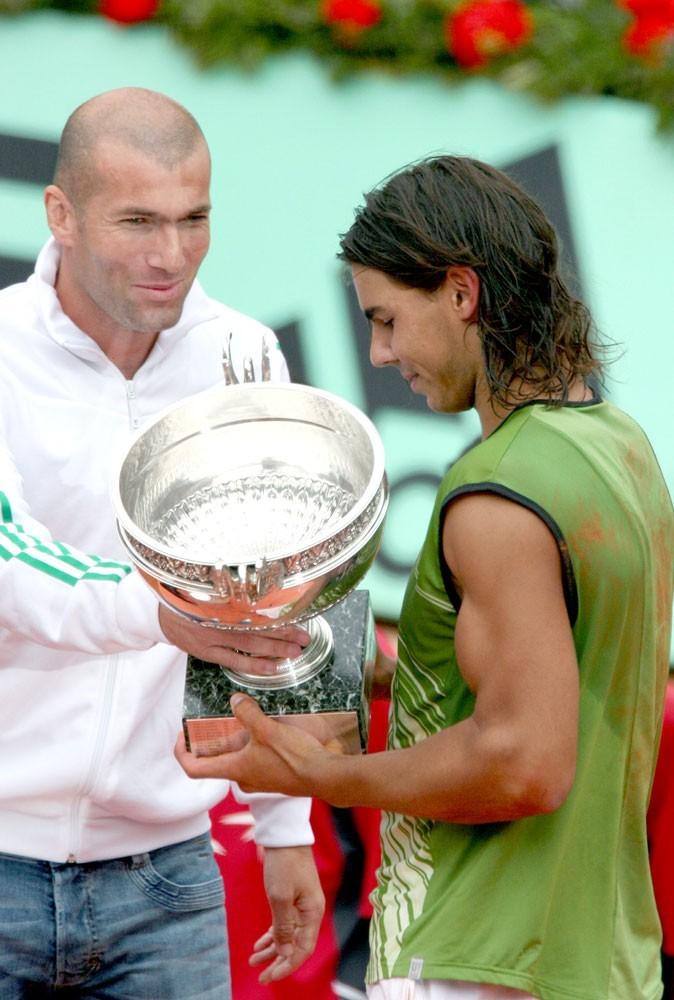 Nadal à Roland Garros en 2005 se fait remettre son trophée par Zinédine Zidane
