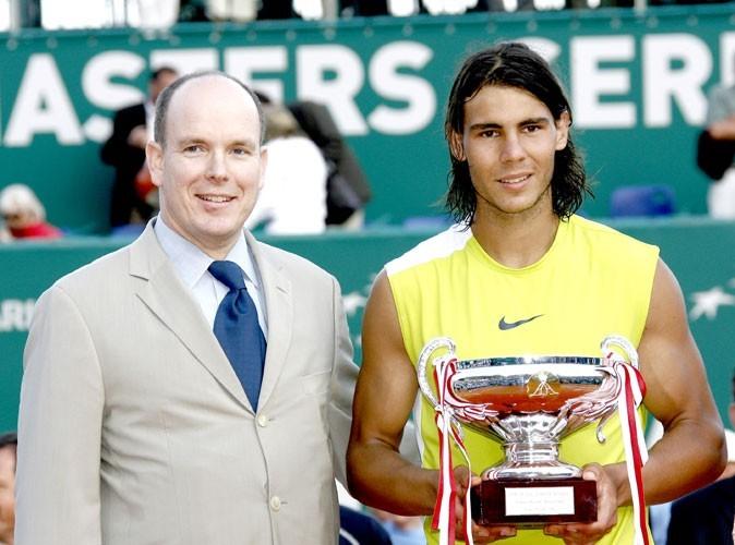 Nadal se voit remettre le trophée de la victoire par le prince Albert II aux Tennis Masters series à Monaco en 2006