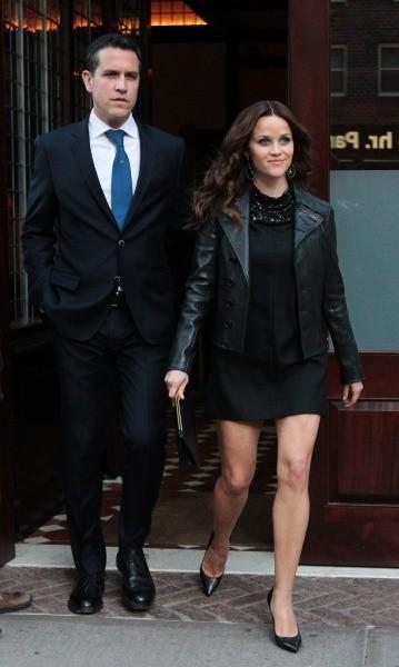 """Reese Witherspoon et son mari Jim Toth se rendant à la première du film """"Mud"""" à New York, le 21 avril 2013."""