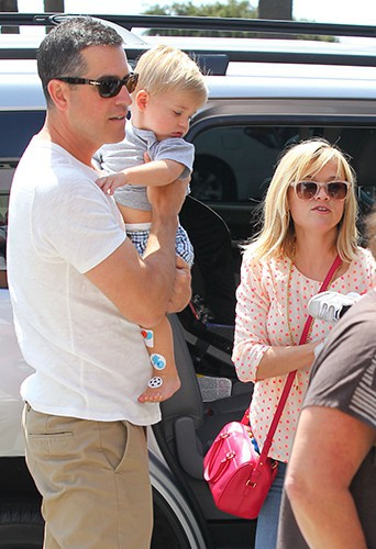 Reese Witherspoon en famille à Los Angeles le 19 avril 2014