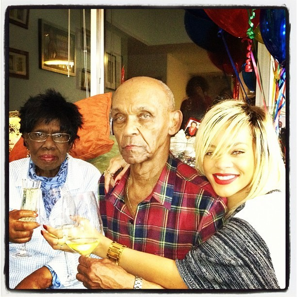 Rihanna fière de ses grands-parents !