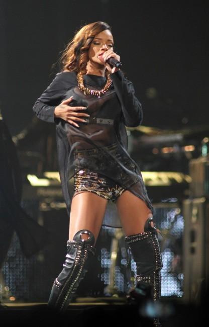 La chanteuse a les mains baladeuses