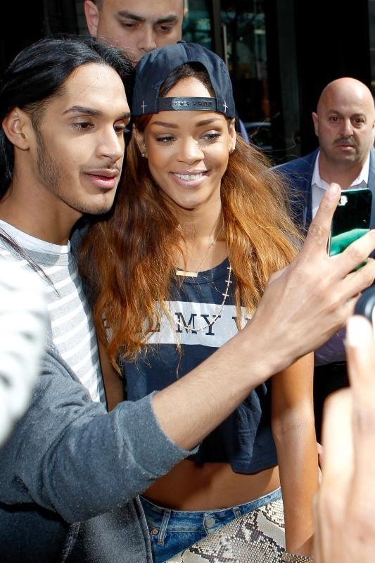 Rihanna et ses fans à la sortie de son hôtel à New York, le 24 avril 2013.