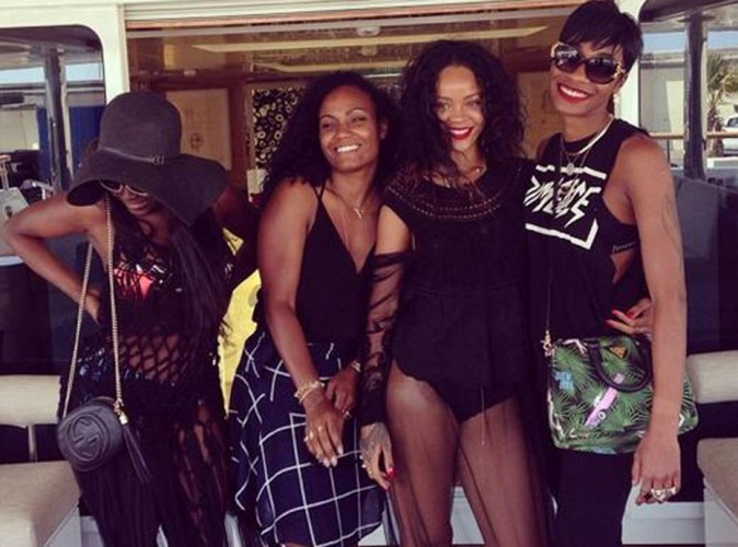 Rihanna : balade en petite culotte � Antibes !