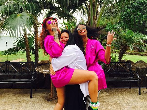 Photos : Rihanna : demoiselle d'honneur très agitée, jamais sans son joint !