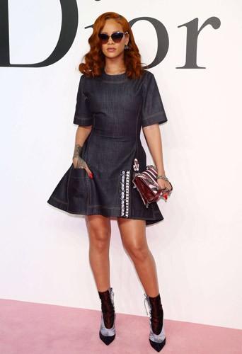Photos : Rihanna : égérie incendiaire pour Dior à Tokyo !