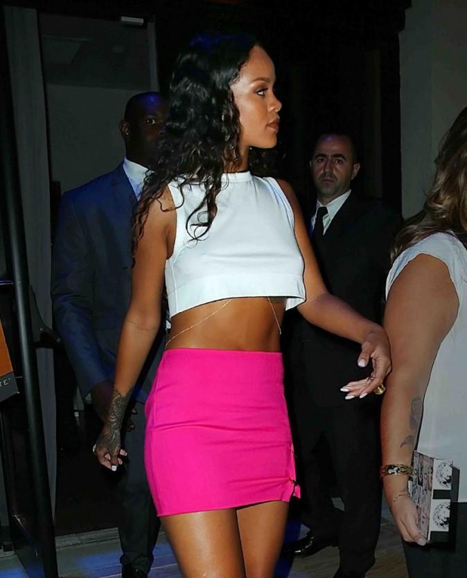 Rihanna : elle dégaine la jupe rose fluo à New York et dévoile son téton piercé !