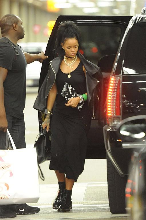 Rihanna : elle ne broie pas du noir malgré un look très dark !