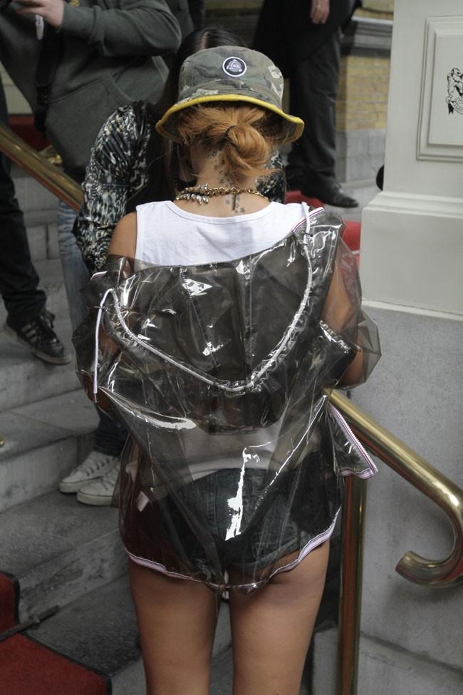 Rihanna à la sortie de son hôtel d'Amsterdam le 26 juin 2013