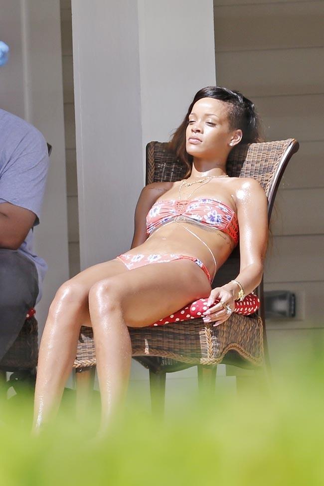 Rihanna en pleine bronzette pendant ses vacances à Hawaï le 22 février 2013