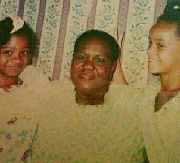 Rihanna, toute jeune, à droite