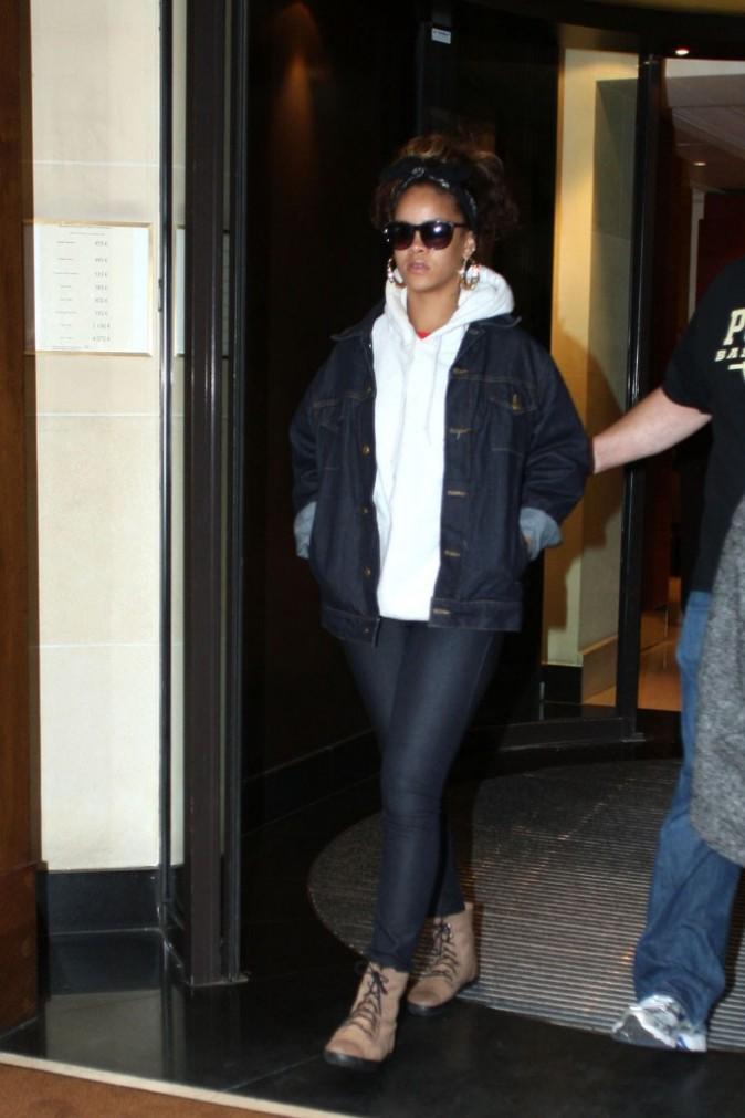 Rihanna à la sortie de son hôtel pairisien ce matin ...
