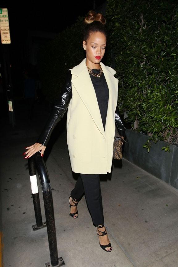 Rihanna les cheveux tirés !