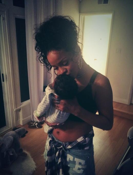Photos : Rihanna : et maintenant, elle pouponne topless !