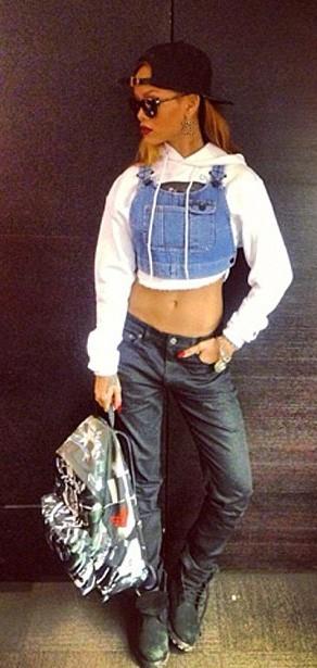 Rihanna porte ses créations : Jean Slim 70€, Top en Jean 40€