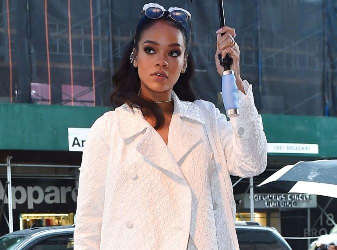 Photos : Rihanna : le nouvelle égérie Dior se moque de la pluie et s'affiche en total look blanc !