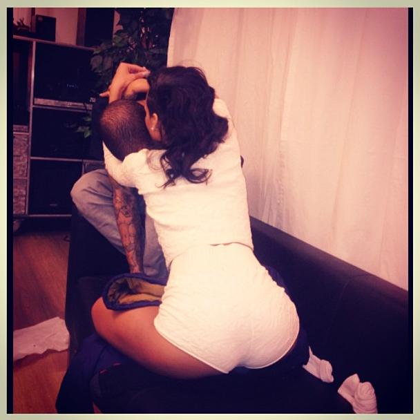 Le 30 novembre, elle s'affiche avec Chris Brown dans les bras.
