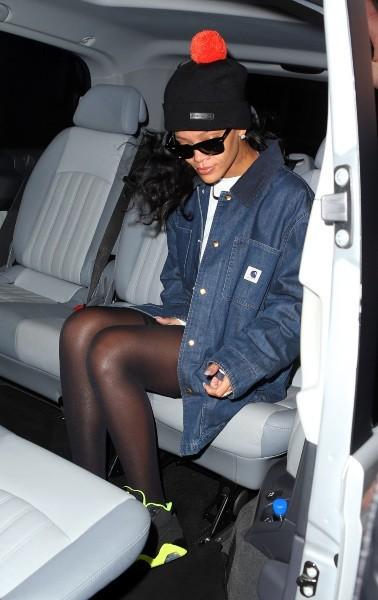 Rihanna sortant de son hôtel à Londres, le 25 novembre 2012.