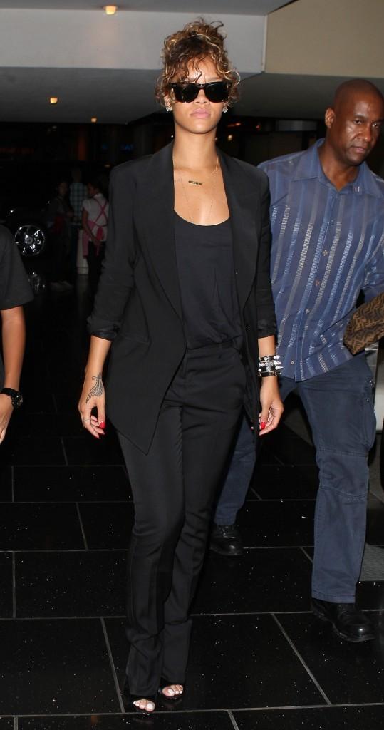 Fringues noires, lunettes noires, décor sombre....
