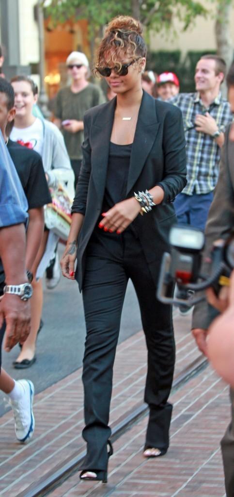 Même à la lumière du jour, Rihanna ne retrouve pas le sourire.