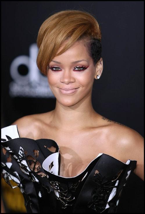 Rihanna moitié blonde moitié rasée