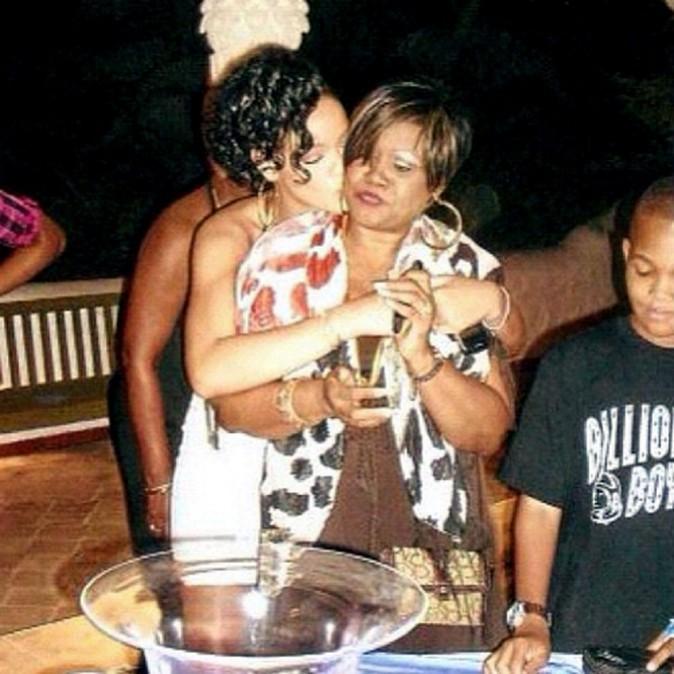 Monica, la mère de Rihanna, est la seule qui peut se permettre aujourd'hui de dire à sa flle quand ses tenues sont trop provocantes !