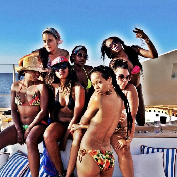 Un yacht, du soleil, des copines... Les vacances selon Rihanna !