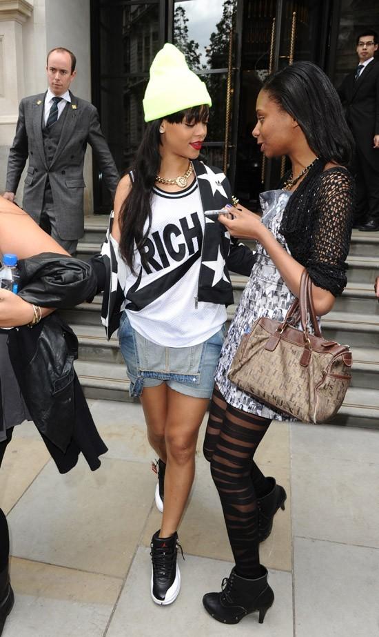 Rihanna à la sortie de son hôtel de Londres le 23 juin 2012