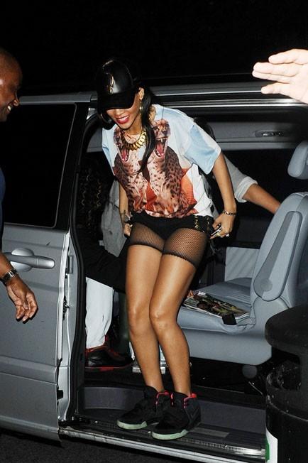 Rihanna poursuit sa soirée dans un club de Londres