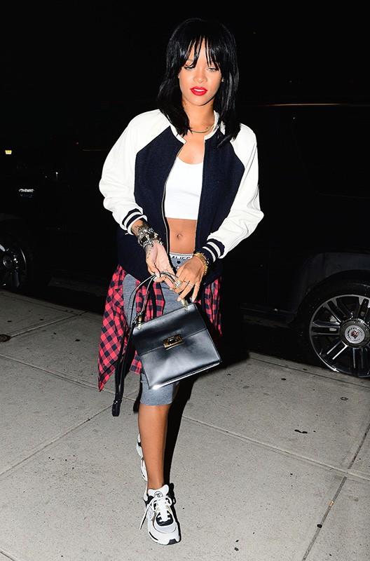 Rihanna souriante malgré les photos d'elle nue exposées sur la toile !