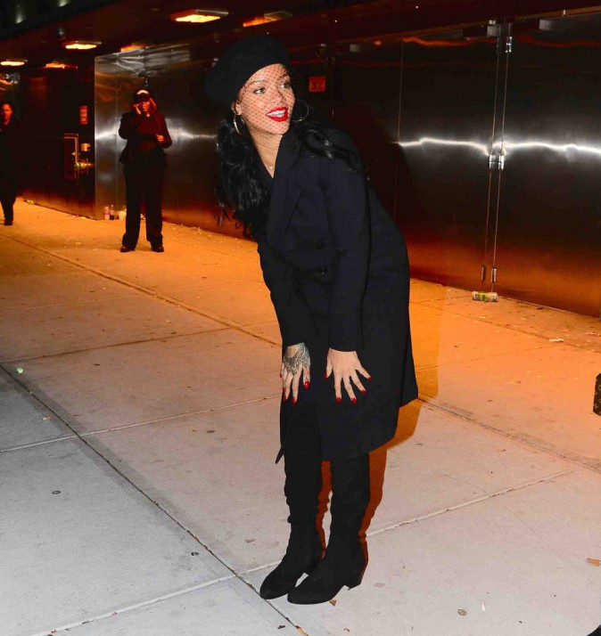 Rihanna : sourire retrouv�, elle resplendit et accapare toute l'attention au Miyake Mugler House Ball !