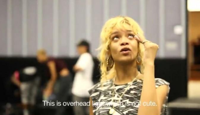La chanteuse n'aime pas la lumière crue qui éclaire son visage sans make-up !