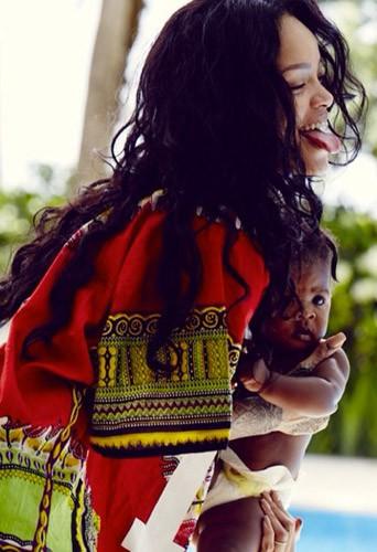 Photos : Rihanna : toujours aussi gaga de sa baby girl, elle resplendit !