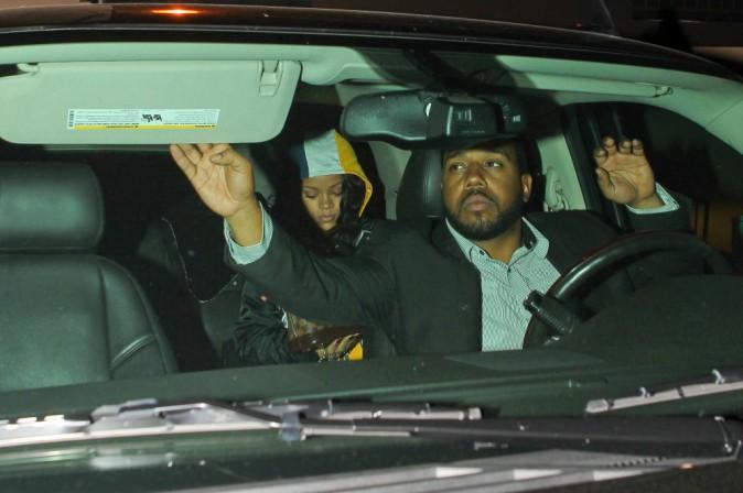Photos : Rihanna : toujours aussi timide devant les objectifs pour rejoindre Chris Martin en studio !