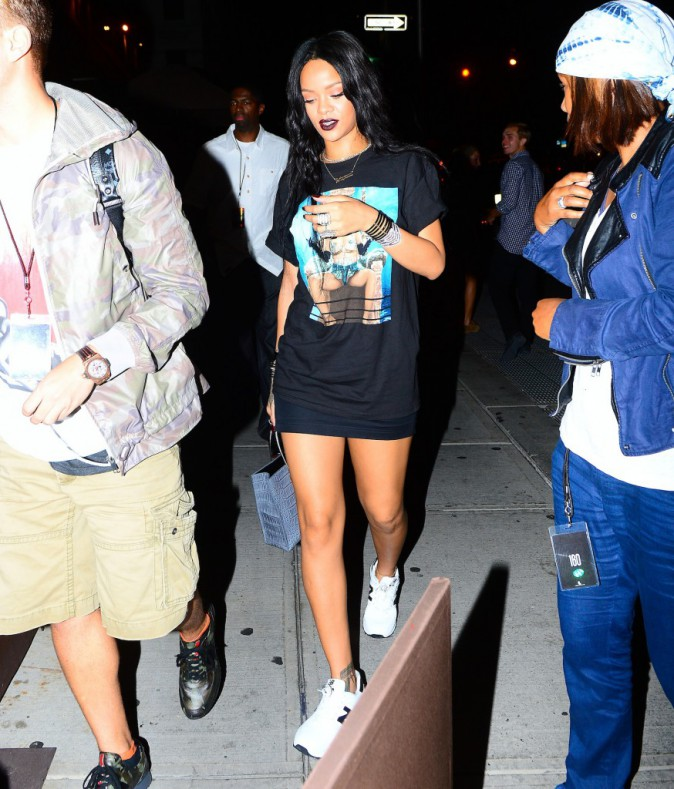 Photos : Rihanna : un peu mégalo ? Elle dégaine le t-shirt à son effigie !