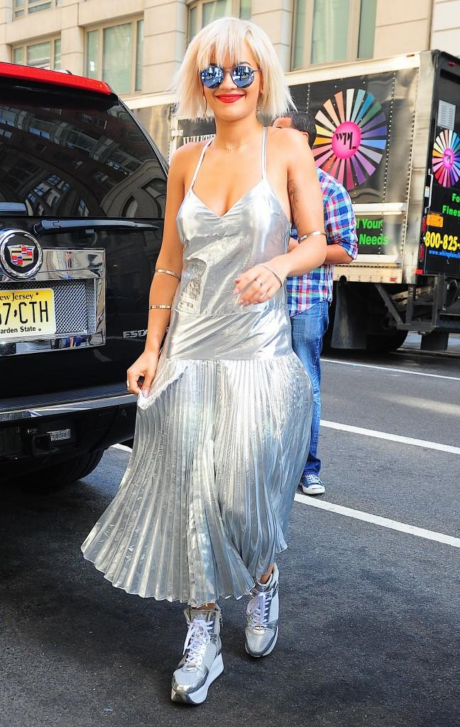 Rita Ora : look futuriste pour une ballade dans les rues de New York !