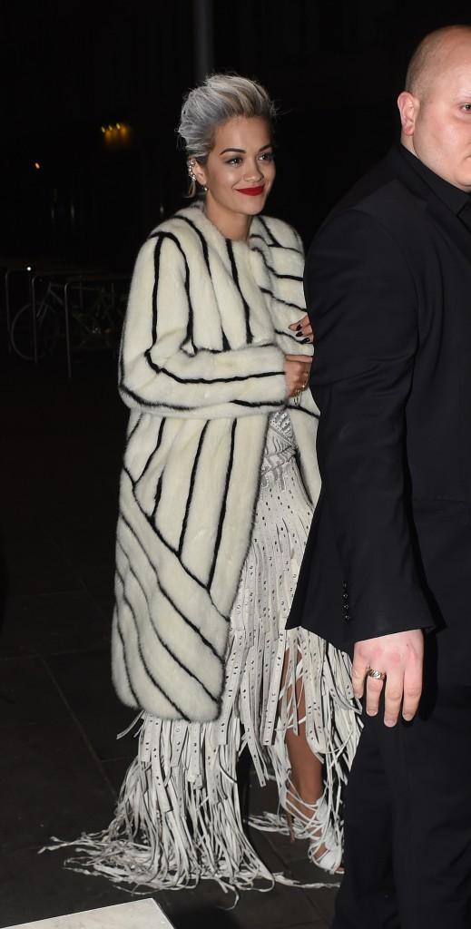 Photos : Rita Ora : cheveux blancs et look terrifiant pour son grand come-back artistique!