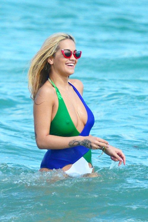 Photos : Rita Ora décolletée et tétons qui pointent pour un Noël à la plage !