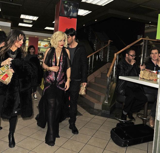 Rita Ora à un fast food de Londres le 16 février 2014