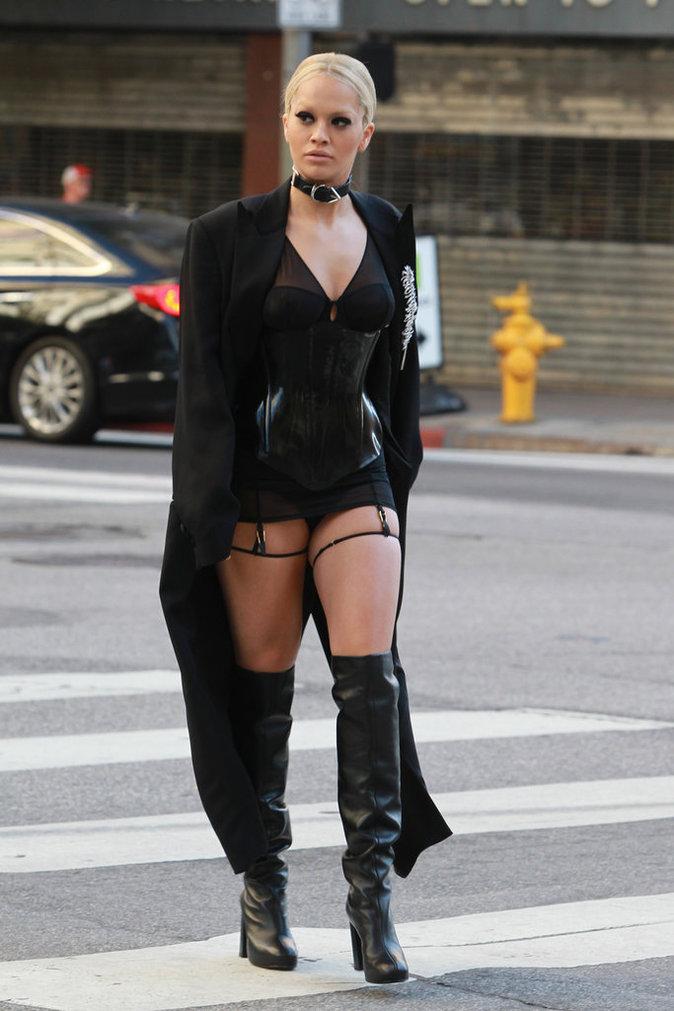 Photos rita ora en porte jarretelles dans les rues de - Photos de femmes en porte jarretelles ...