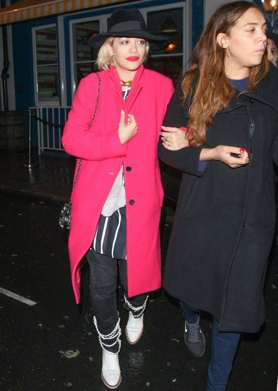 Photos : Rita Ora : enjouée et tout sourire mais visiblement congelée pour retrouver ses amis autour d'un bon petit plat à Londres !