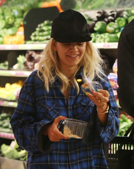 Photos : Rita Ora et Calvin Harris : un couple aimant et affectueux devant le rayon des salades !