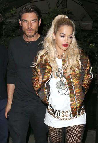 Rita Ora en charmante compagnie à Londres le 21 juin 2014