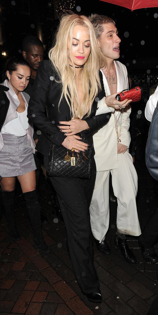 Photos : Rita Ora : Les seins à l'air après une soirée trop arrosée