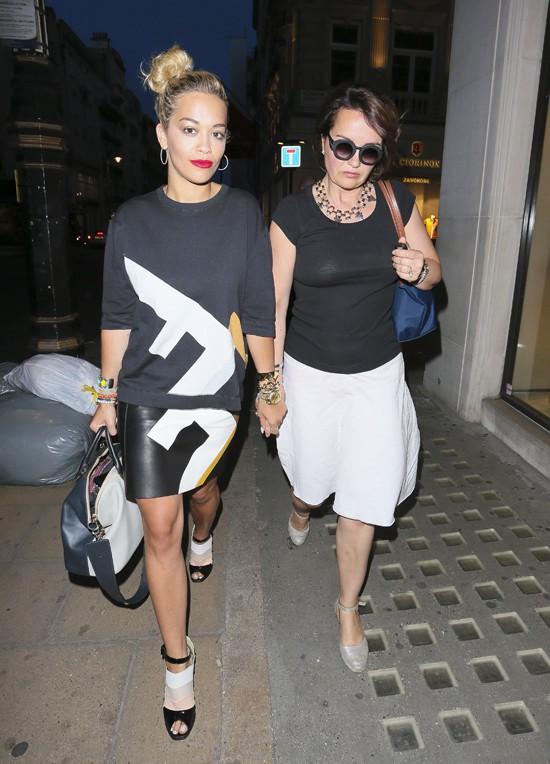 Rita Ora à Londres avec sa maman le 25 juillet 2013