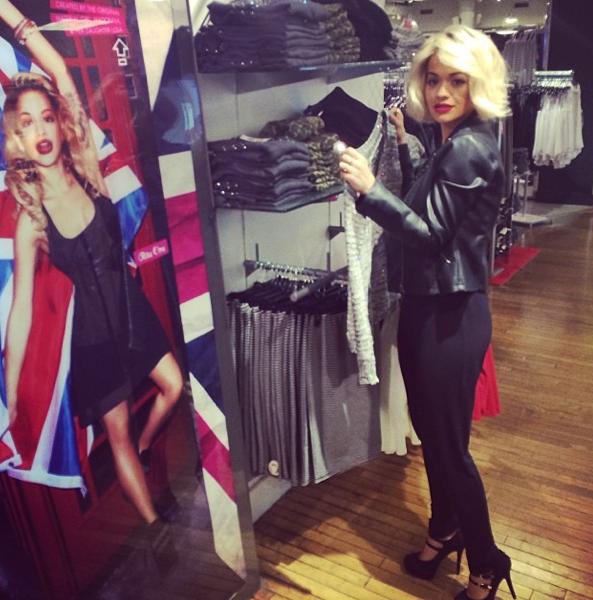 Photos : Rita Ora : séance shopping et rencontre avec le père Noël pour l'égérie Material Girl !